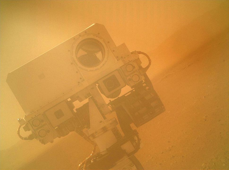 Łazik Curiosity robi sobie zdjęcie na Marsie. (2012)