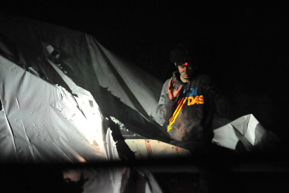 Dzhokar Tsarnaev, jeden z braci odpowiedzialnych za zamach w trakcie Bostońskiego Maratonu, chwilę przed zatrzymaniem. Na jego czole widoczny jest laser z karabinu snajpera. (2013)
