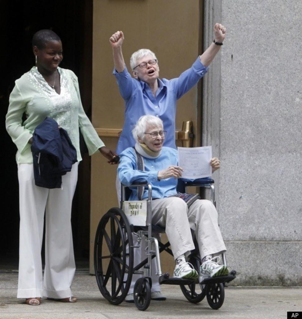 Phyllis Siegel (lat 76) i Connie Kopelov (lat 84) mogą wreszcie legalnie się pobrać. Nowy Jork legalizuje małżeństwa homoseksualne. (2011)