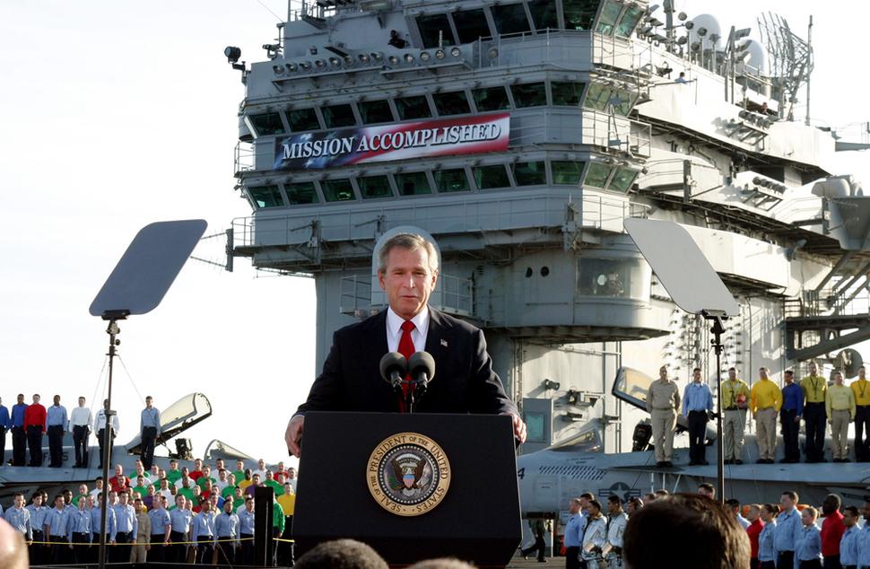 Prezydent Bush ogłasza koniec wojny w Iraku. (2003)