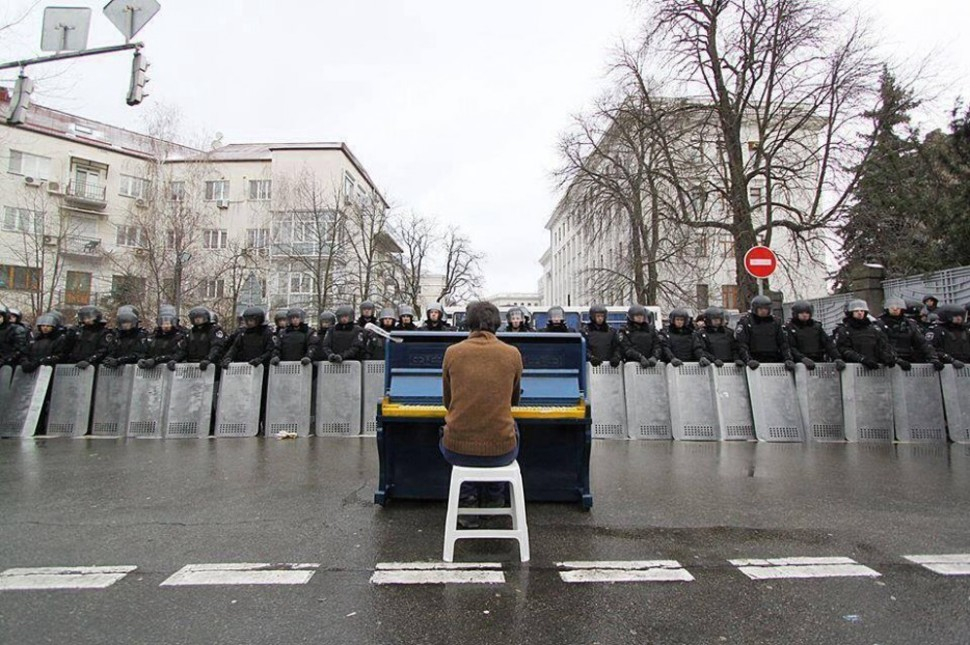 Markiyan Matsekh gra na pianinie dla policji, podczas rewolucji na Ukrainie. (2014)
