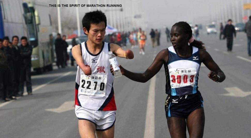 Zawodowa biegaczka Jaqueline Kiplimo pomaga niepełnosprawnemu chińskiemu atlecie. Biegnie z nim przez kilka kilometrów co kosztuje ją utratę pierwszego miejsca i nagrody. (2010)