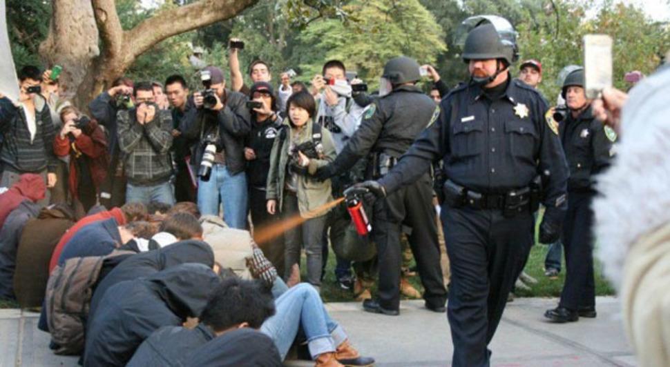 Policjant używa gazu pieprzowego na protestujących na Uniwersytecie Kalifornijskim. (2011)