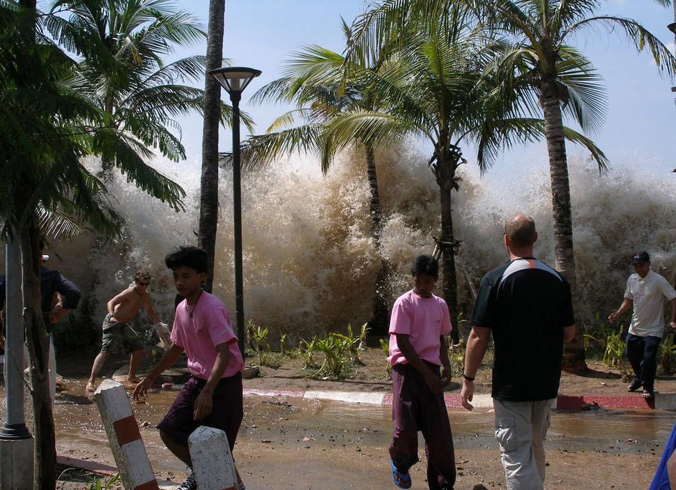 Pierwsze fale tsunami docierają do Indii. Ginie 200 tysięcy osób. (2004)