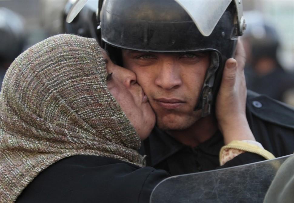 Egipska kobieca całuje żołnierza, który odmówił wykonania rozkazu strzelania do protestujących, podczas rewolucji przeciwko rządowi Mubaraka. (2011)