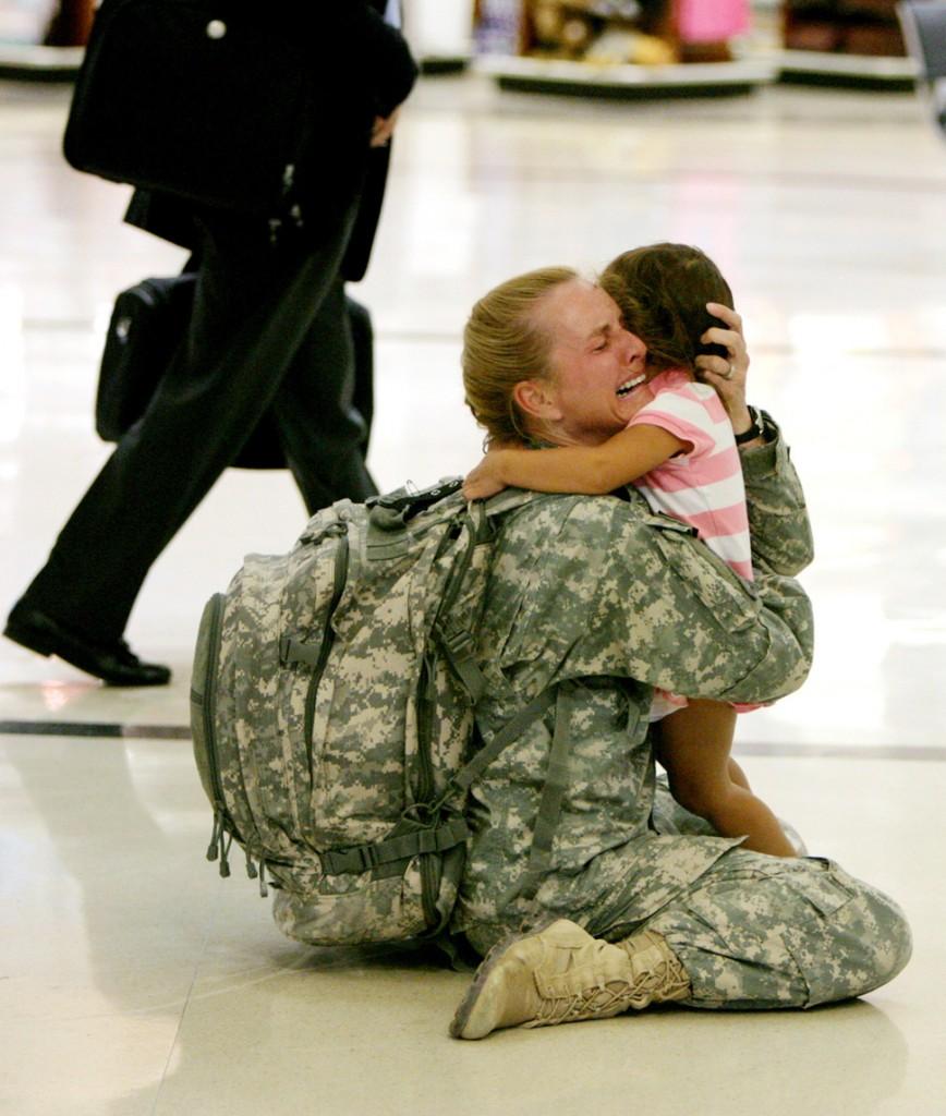 Terri Gurrola wraca do swojej córki po 7 miesiącach służby w Iraku. (2007)