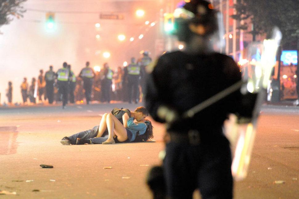 Para całująca się na chodniku podczas zamieszek w Vancouver. (2011)