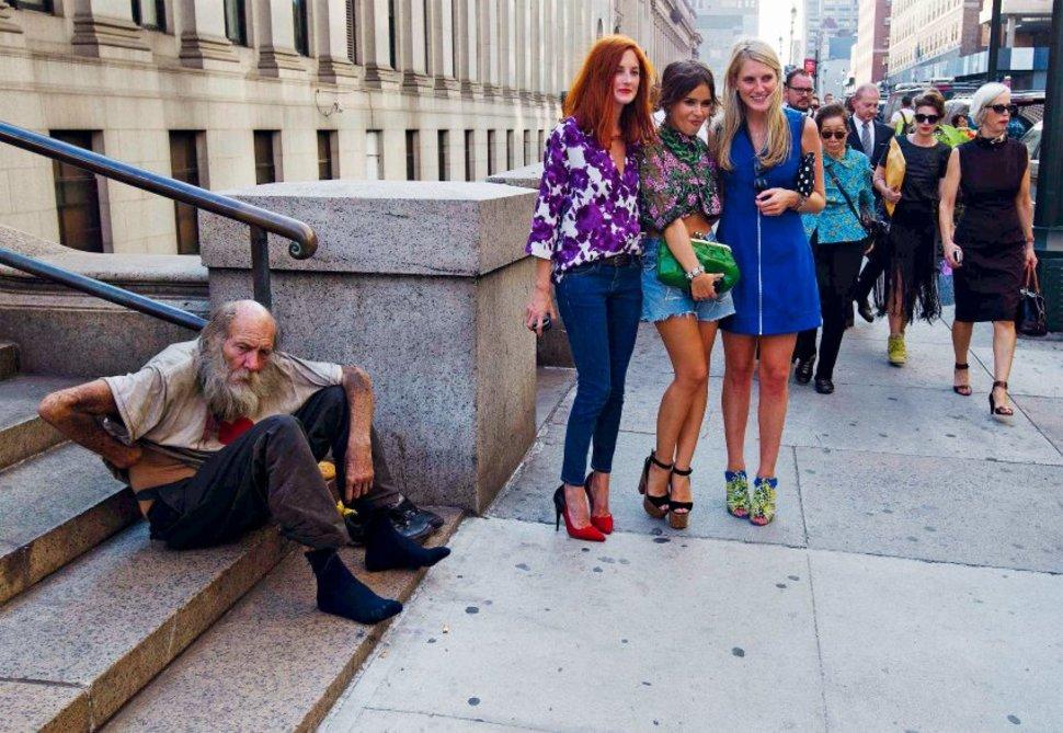 Modelki z New York Fashion Week pozują obok bezdomnego. (2012)