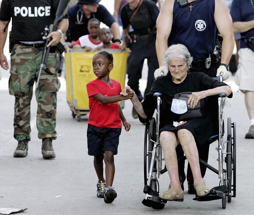Tanisha Blevin (lat 5) trzyma za rękę Nitę LaGardę (lat 105), podczas ewakuacji po ataku huraganu Katrinana Nowy Orlean. (2005)