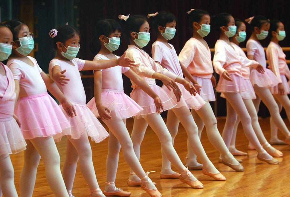 Dziewczynki ćwiczą balet w maskach po wybuchu epidemii SARS (2003)