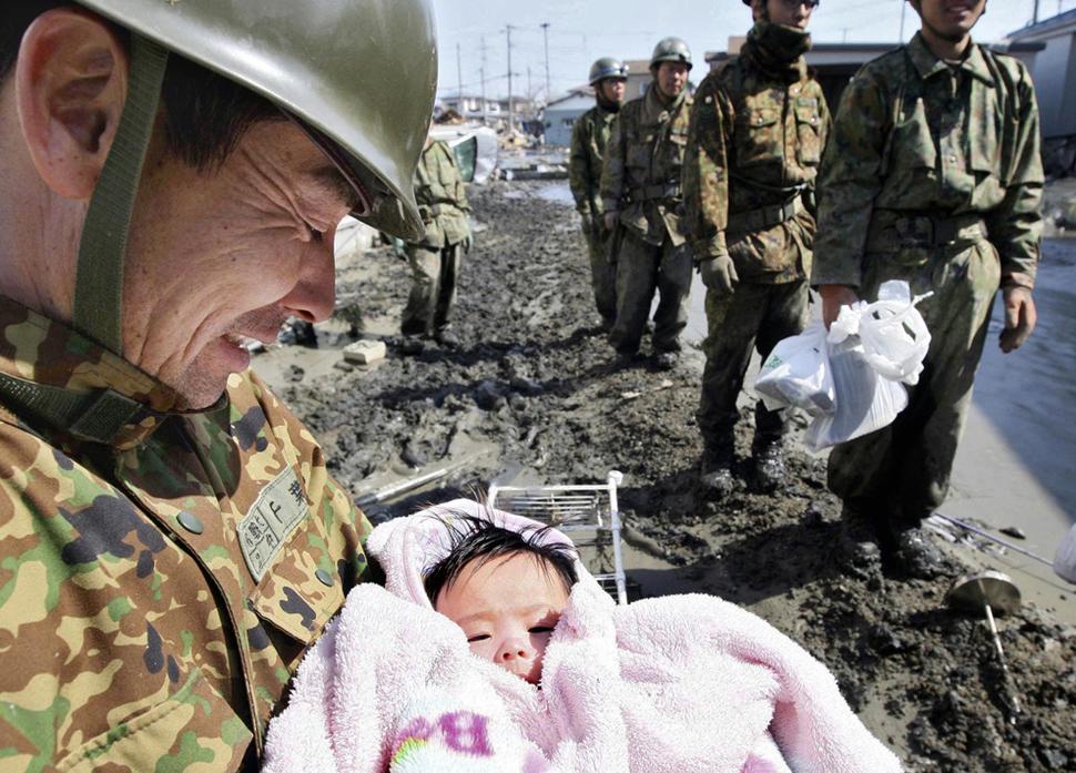 4-miesięczna dziewczynka została uratowana z gruzów po tsunami, które nawiedziło Japonię. (2011)