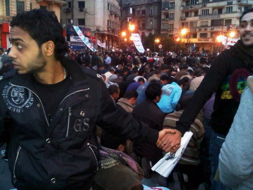 Chrześcijanie ochraniają modlących się muzułmanów podczas rewolucji w Egipcie. (2011)