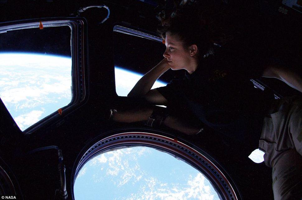 Tracy Caldwell patrzy na Ziemię z pokładu Międzynarodowej Stacji Kosmicznej. (2010)