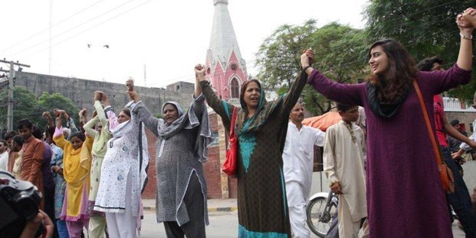 Pakistańscy muzułmanie ochraniają chrześcijan biorących udział we mszy. (2013)