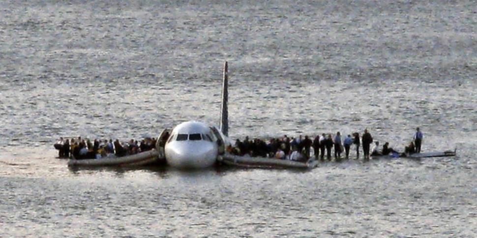 Samolot linii US Airways woduje bezpiecznie na rzece Hudson. (2009)