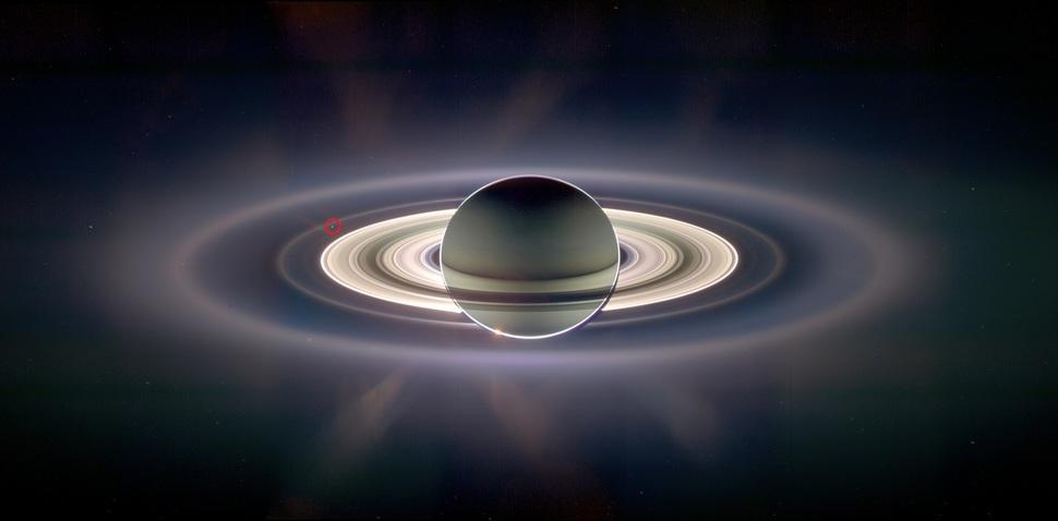 Sonda Cassini robi zdjęcie Saturna. Mała kropka w czerwonym kółku to Ziemia. (2006)