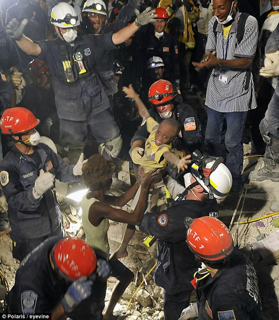 Kiki (lat 7), zostaje wyciągnięta z ruin po trzęsieniu ziemii na Haiti. (2010)