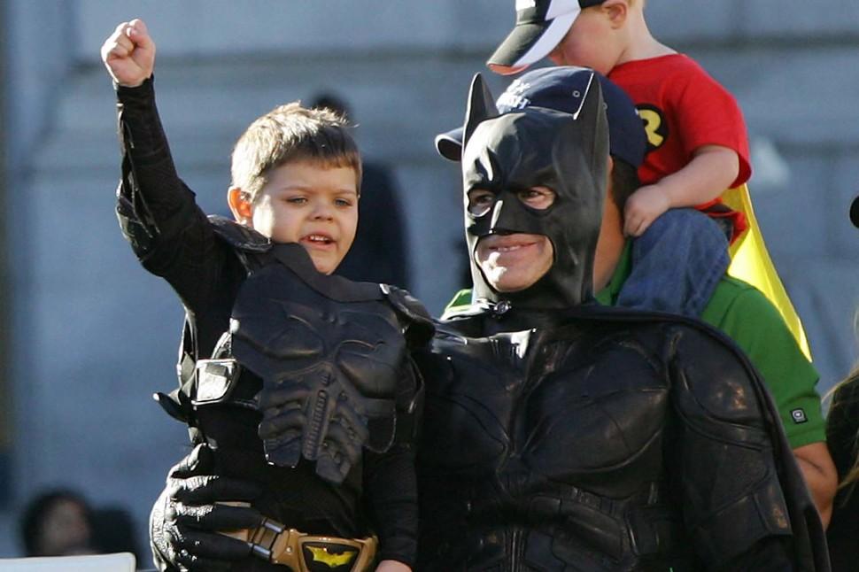 San Francisco pomaga Bat-Kidowi uratować miasto, a jednocześnie spełnić życzenie chorego chłopca. (2013)