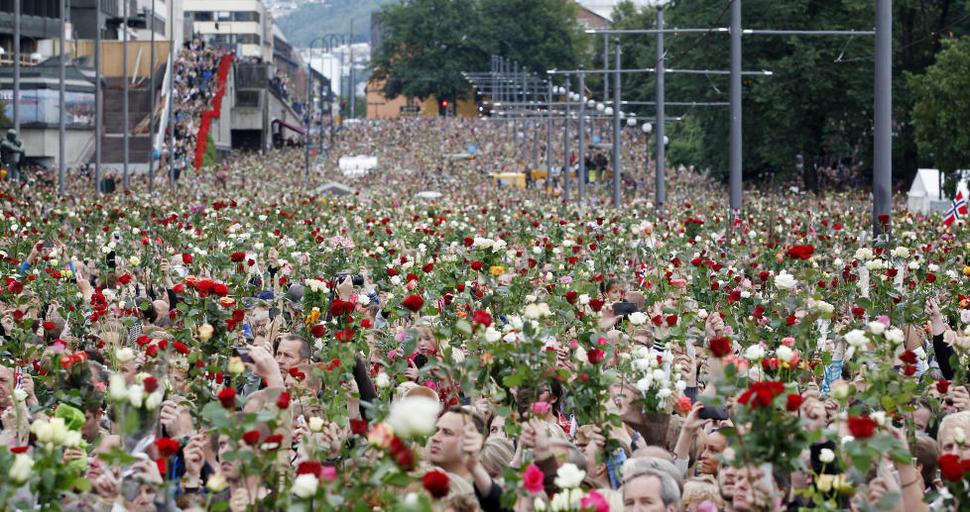 Obywatele Norwegii biora udział w marszu upamiętniającym terrorystyczny atak Andreasa Breivika, który zabił 77 osób. (2011)