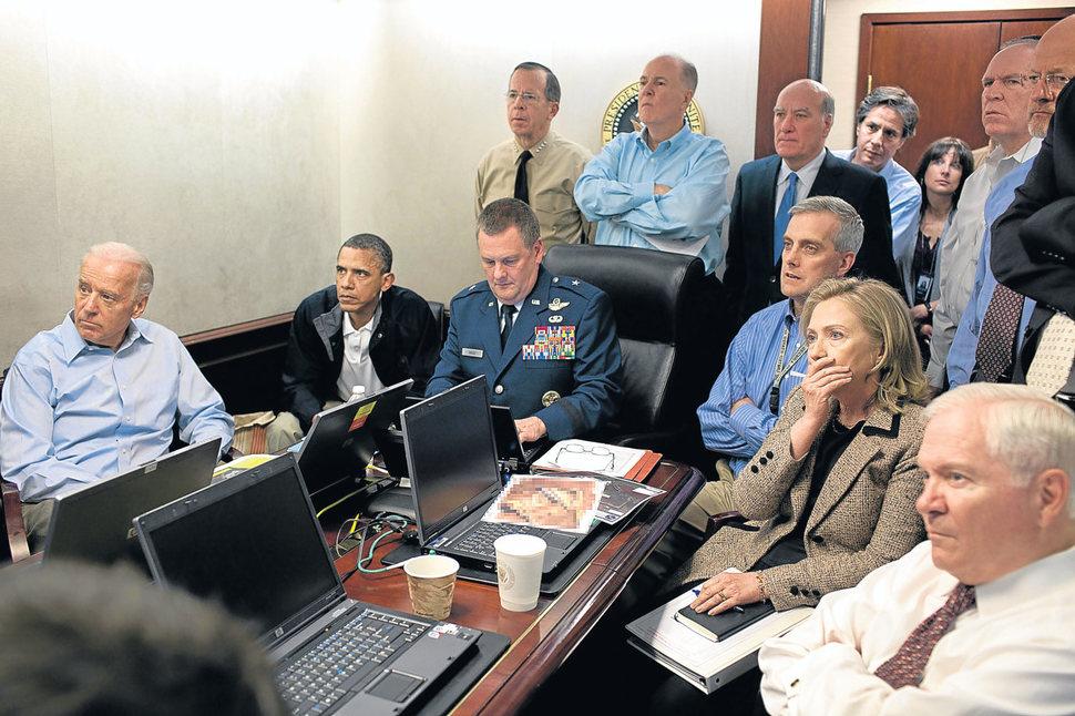 Barak Obama ogląda atak, który kończy się zabiciem Osamy Bin Ladena. (2011)