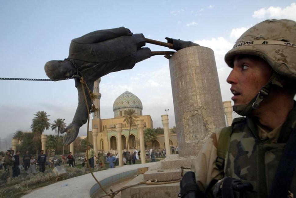 Półtora miesiąca po inwazji USA na Irak, upada statua Saddama Husseina w Bagdadzie. (2003)