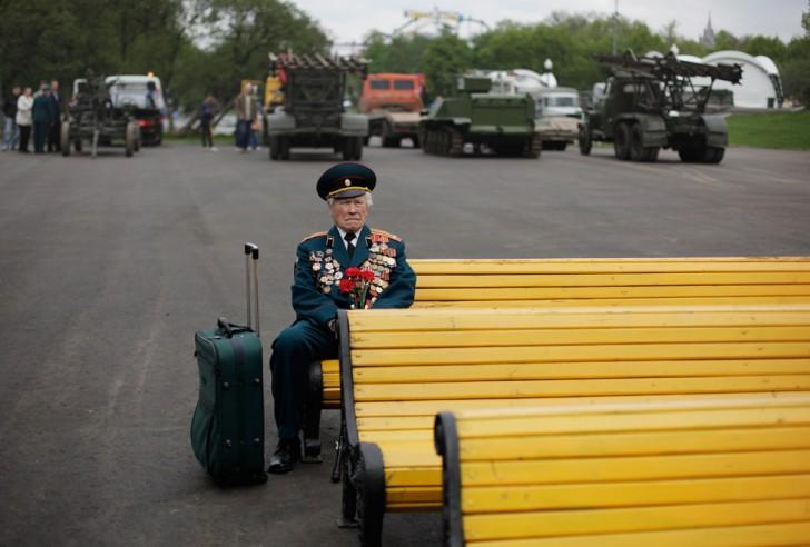 Konstantin Pronin, lat 86, weteran II wojny światowej z Białorusi, siedzi na ławce i czeka na swoich towarzyszy w parku Gorkiego w trakcie Dnia Zwycięstwa w Moskwie, 9-go maja 2011. Konstantin przyjeżdża do tego miejsca co rok. Tego roku jest jedyną osobą z jego jednostki, która się pojawia.
