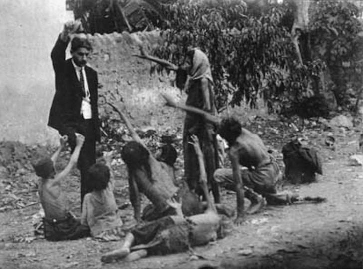 Turecki urzędnik drażni się z głodującymi ormiańskimi dziećmi pokazując im kawałek chleba w trakcie Ludobójstwa Ormian w 1915.