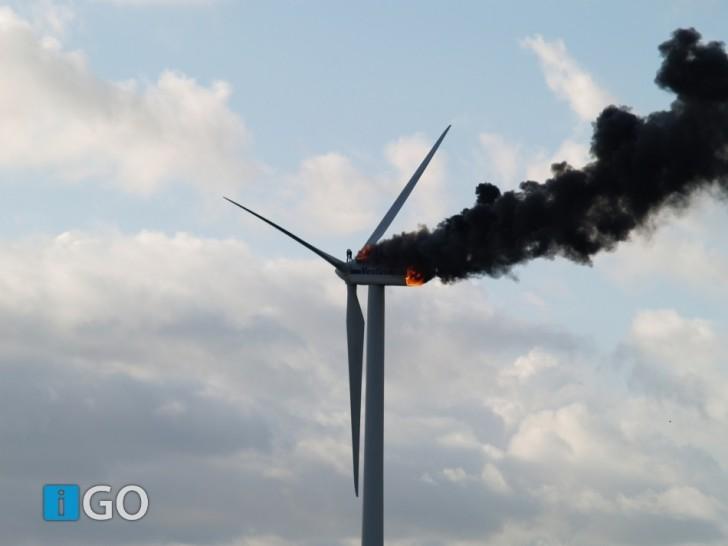Dwóch inżynierów zginęło, gdy wiatrak, nad którym pracowali, stanął w płomieniach. To prawdopodobnie ich ostatnie zdjęcie za życia; zrobione 29-go października 2013 w Holandii.