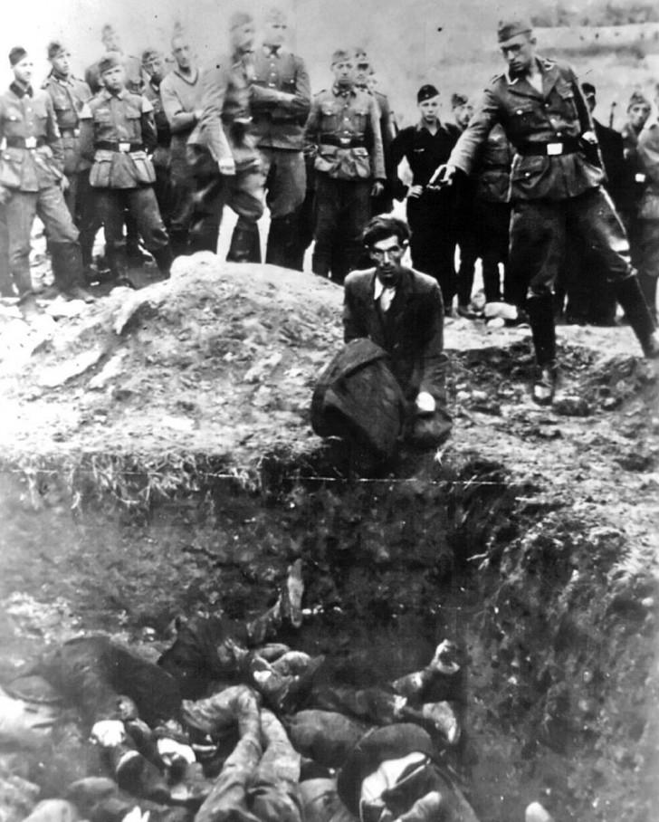 """""""Ostatni Żyd w Winnicy"""" - członek Einsatzgruppe D (szwadron śmierci nazistowskiego SS) mający zamiar zastrzelić mężczyznę pochodzenia żydowskiego klęczącego przed wypełnionym masowym grobem w Winnicy na Ukrainie w roku 1941. Wszyscy z 28 tysięcy Żydów z Winnicy i okolicznych obszarów zostali zabici."""