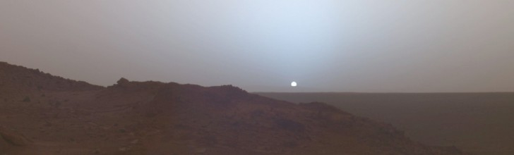 Zachód słońca na Marsie uchwycony w 2005 przez łazik Spirit.