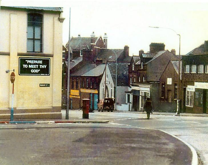 Żołnierz idący rozbroić ładunek wybuchowy w aucie w Irlandii Płn.