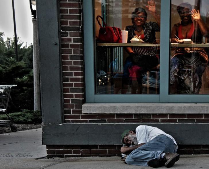 Ignorancja jest błogosławieństwem - bezdomny śpi przed barem w Milwaukee.
