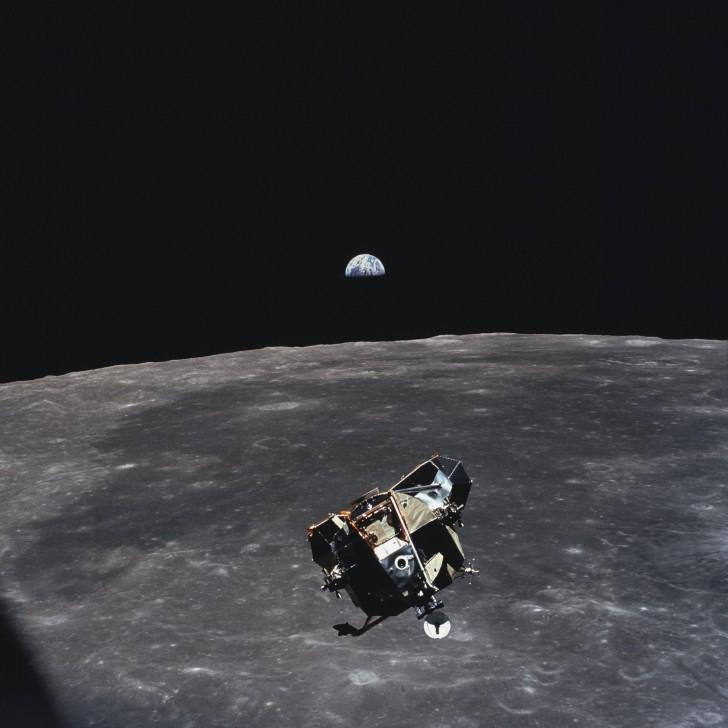 Zdjęcie zrobione przez astronautę Michaela Collinsa; w momencie, kiedy je robił, był jedynym człowiekiem, żywym bądź martwym, który nie był w kadrze. Był członkiem tej samej misji co Buzz Aldrin i Neil Armstrong, ale pozostał na orbicie Księżyca, kiedy oni lądowali na jego powierzchni.
