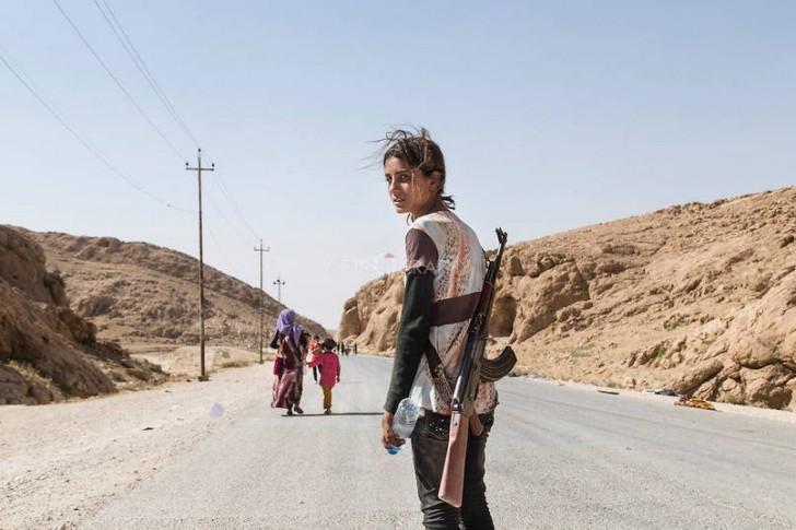 Jazydzka dziewczyna niosąca karabin, aby obronić swoją rodzinę przez ISIS