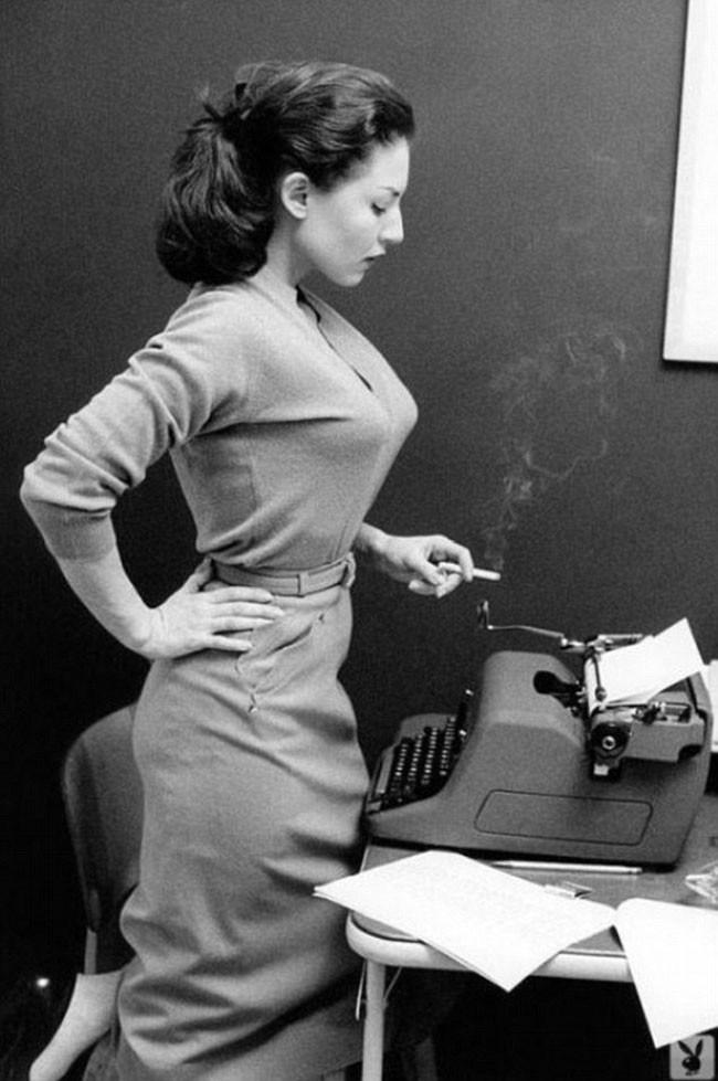 Dziewczyna z maszyną i papierosem