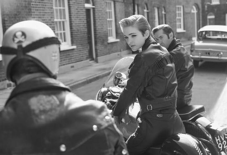 Angielska dziewczyna należąca do grupy motocyklistów
