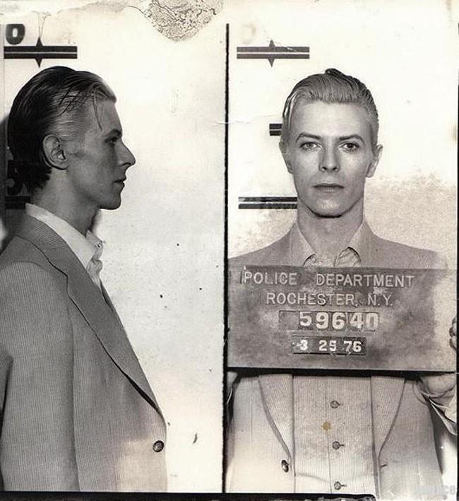 Zdjęcie Davida Bowie z kartoteki policyjnej