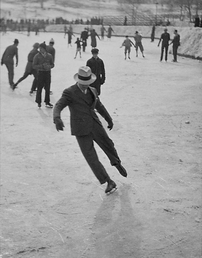 Mężczyzna w garniturze na łyżwach (1937)
