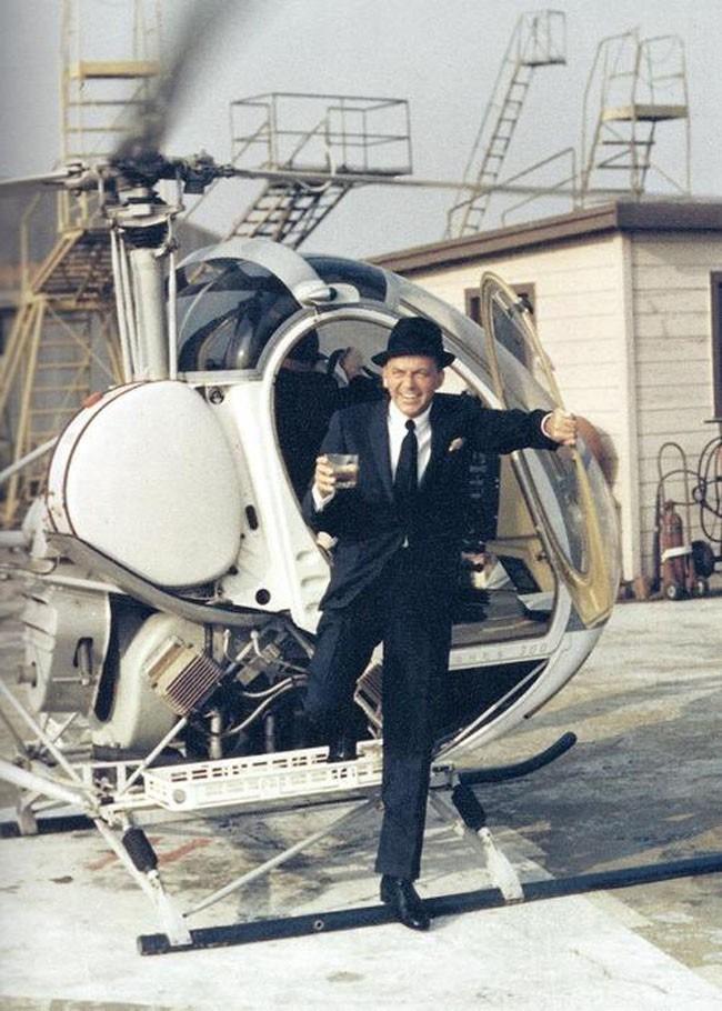 Frank Sinatra wysiada z helikoptera, trzymając drinka