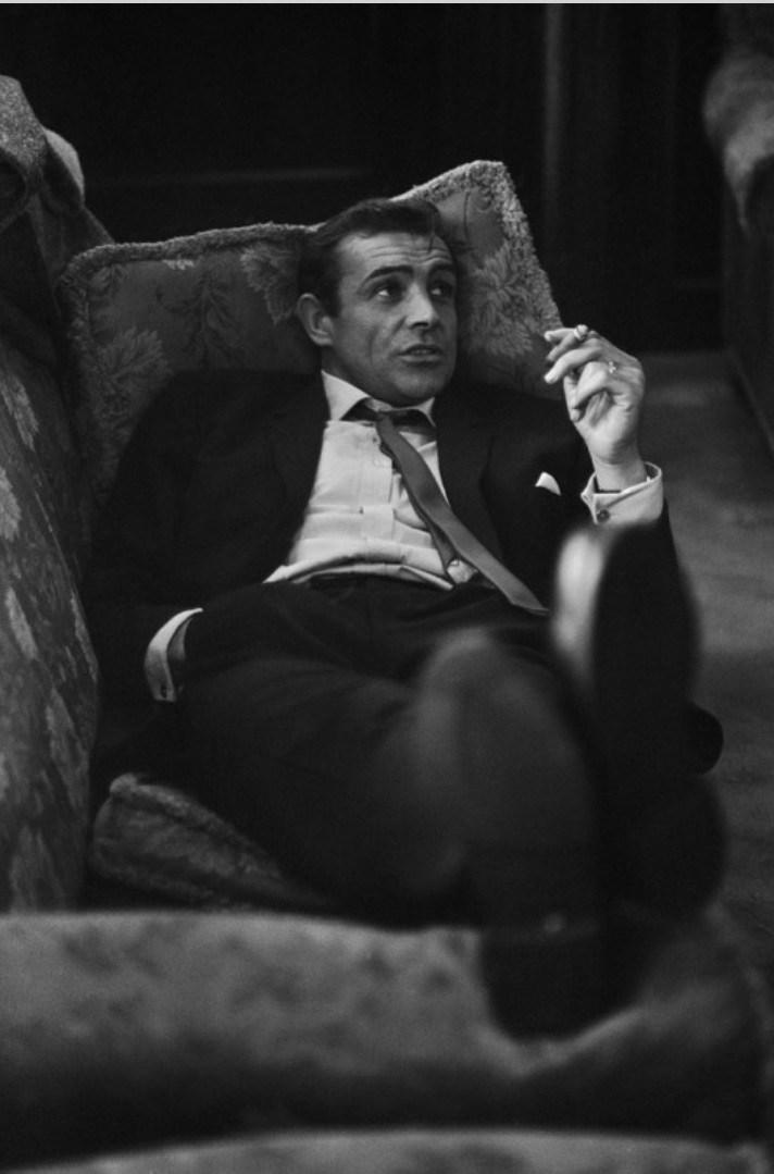 Sean Connery odpoczywa na kanapie