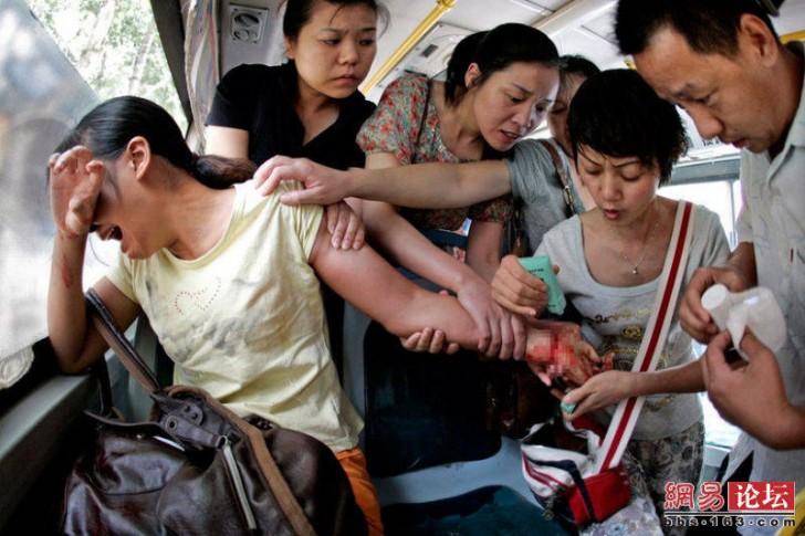 Nieznajomi pomagają kobiecie, która przed chwilą próbowała popełnić samobójstwo w miejskim autobusie