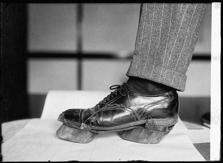 Buty noszone przez nielegalnych bimbrowników. Żeby ukryć ślady prowadzące do bimbrowni, udawali krowy.