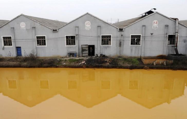 Zanieczyszczona rzeka. Jiaxing, Zhejiang