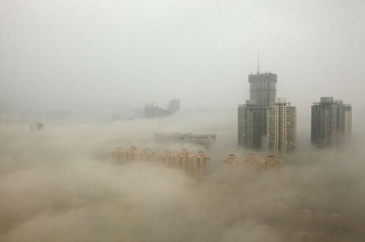 Budynki w Pekinie otoczone przez smog.