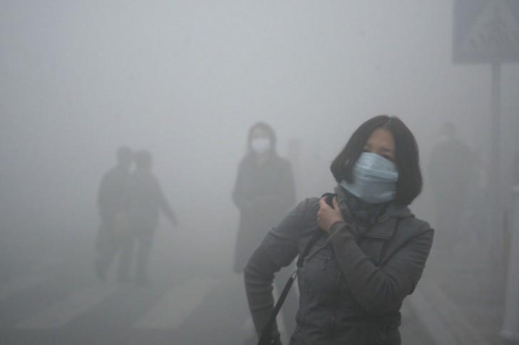 Dziewczyna idąca przez smog w Pekinie, gdzie zanieczyszczenie powietrza przekracza normę bezpieczeństwa czterdziestokrotnie.