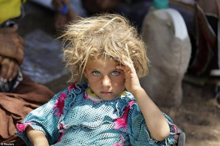 Dziewczynka odpoczywająca na granicy syryjsko-irackiej