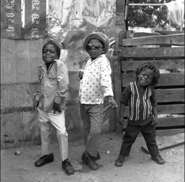 Trójka dzieci na ulicach Jamajki