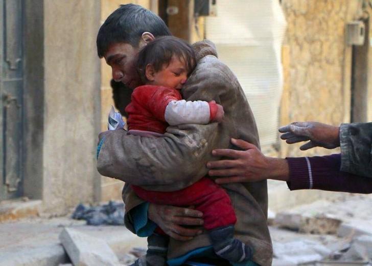 Mężczyzna uratował dziewczynkę spod gruzów jej własnego domu w Syrii