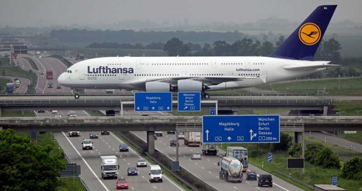 Most nad autostradą łączący dwie części lotniska w Lipsku.