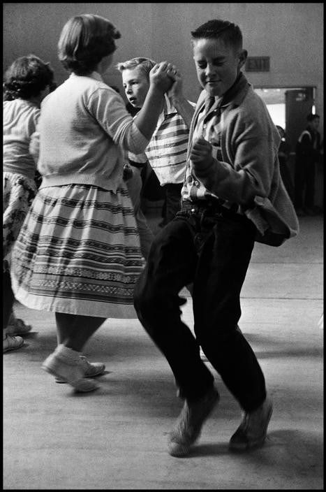 Młody chłopiec tańczy na szkolnej imprezie (1950)